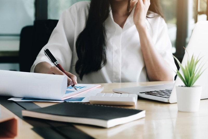 femme travaille dans l'entreprise familiale et prépare sa retraite